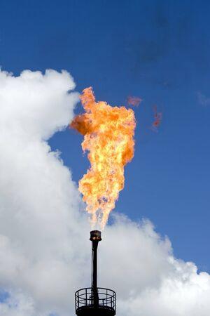 Olie fakkel in West-Siberië. Verontreiniging van het milieu