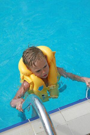 Littke jongen in het water zwembad