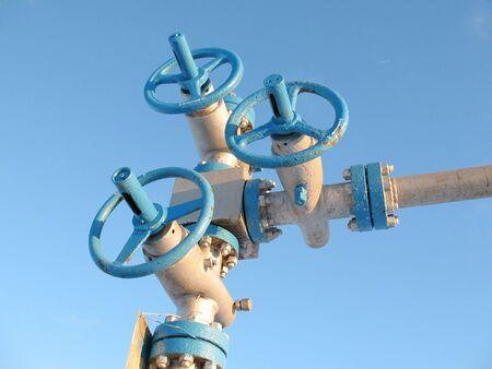 Vergrendeling van een oliebron. Olie-industrie. Bouw en het mechanisme in werk.