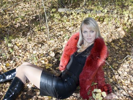 beaty: Beaty young women sitting in autumn forest