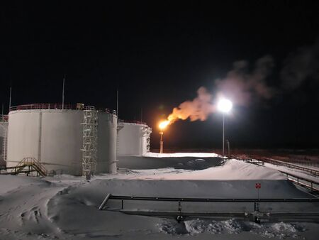 Raffinaderij plantaardige olie en gas. Winter vorst. Nacht scène