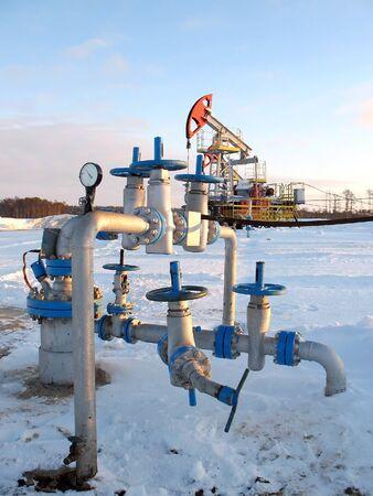 Olie extractie. Olie-industrie. Bouw en het mechanisme in werk.   Stockfoto