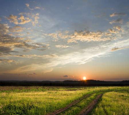 Prachtige zonsondergang boven rural baan. Vierkante samenstelling Stockfoto
