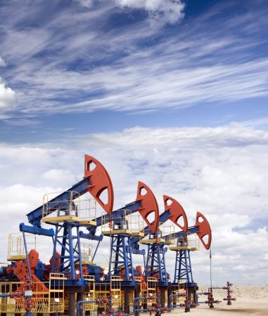 oil barrel: Conectores de la bomba en un campo de petr�leo. Clima nublado