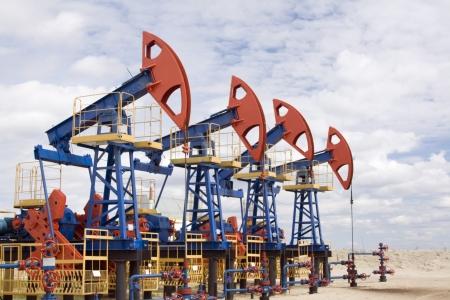 barril de petr�leo: Industria de petr�leo y gas. Trabajo de jack de bomba de aceite en un yacimiento de petr�leo.