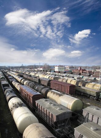 Treinwagons op een treinstation. Cargo vervoer. Werk van de industrie. Urban scene