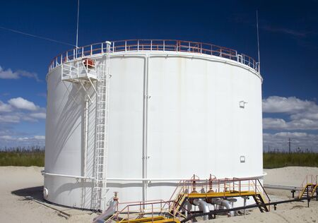 cisterne: Industria petrolifera e del gas. Lavoro di jack pompa olio su un campo di olio. Serbatoio olio su un impianto petrolchimico