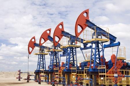 Olie-en gasindustrie. Werk van oliepomp aansluiting op een olieveld. Stockfoto