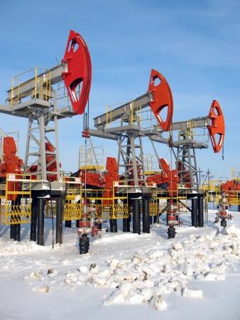 torres petroleras: El petr�leo y el gas. El trabajo de la bomba de aceite de jack en un campo petrolero. Extracci�n del aceite. Industria del petr�leo de Siberia Occidental Foto de archivo