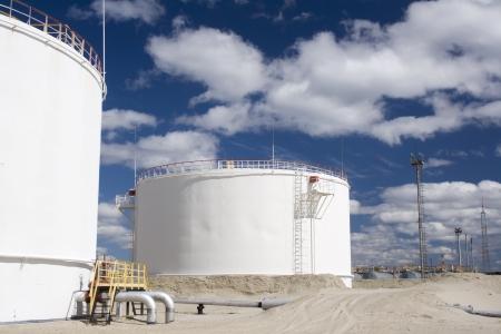 Olie-industrie en gasindustrie. Werken van de raffinaderij petrochemische fabriek. Oliereservoir en opslagtank van minerale olie
