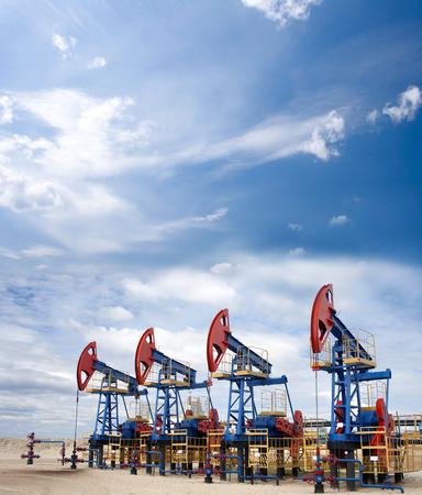石油・ ガス産業。石油機器。青い空と白い雲
