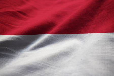 Primer plano de la bandera con volantes de Indonesia, bandera de Indonesia soplando en el viento