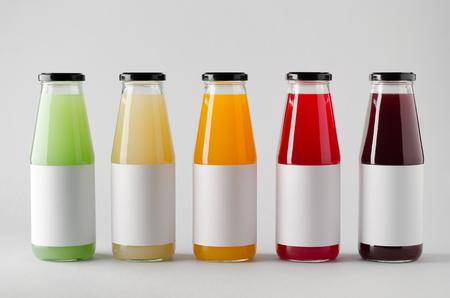 Mock-up della bottiglia di spremuta - bottiglie multiple. Etichetta vuota Archivio Fotografico