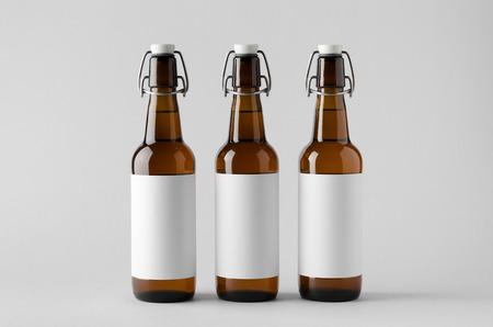 ビール瓶モックアップ-3 本。空白のラベル