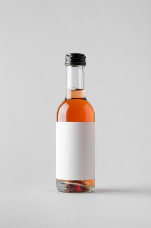 caballo bebe: Wine Quarter Bottle Mock-Up. Blank Label Foto de archivo