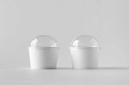 White ice cream paper cup mock-up with plastic lid. Banco de Imagens