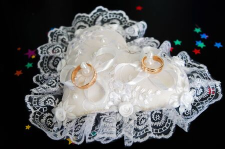 Wedding rings on a pillow Reklamní fotografie