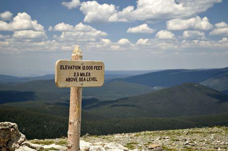 posting: Una elevaci�n de la se�alizaci�n en el Parque Nacional de las Monta�as Rocosas en la pista por encima del centro de visitantes a lo largo de Trail Ridge Road.
