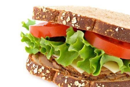 plato del buen comer: Un s�ndwich de pavo ahumado en pan de avena en su conjunto aislado sobre un fondo blanco.