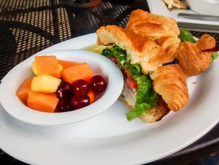 サンドイッチとフルーツ