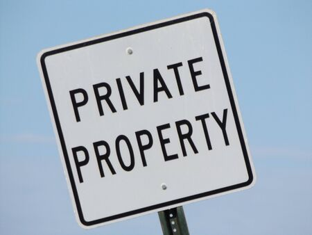 Private property street sign against a blue sky 版權商用圖片