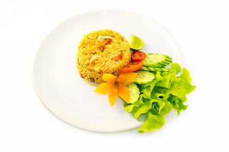 plato de comida: Arroz frito con camarones. comida tradicional tailandesa. Aislado en blanco.