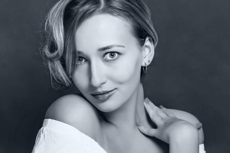 Jeune fille blonde avec une coupe courte coupe sur un fond sombre Banque d'images - 98557984