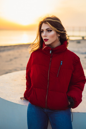 Blonde girl on background of the sea and beautiful sunset close up Banque d'images - 100361734