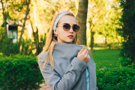portrait of young woman in the  sunglasses Banque d'images - 125972890
