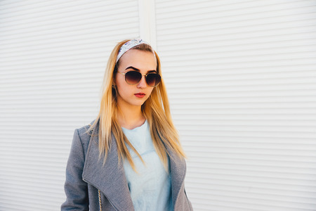 portrait of young woman in the  sunglasses Banque d'images - 125972897