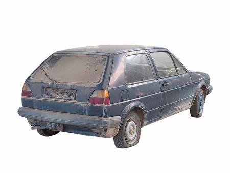 coche antiguo: Un viejo autom�vil abandonado aisladas en blanco