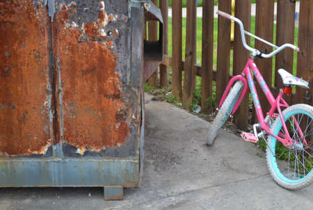 Bicycle next to a Dumpster 報道画像