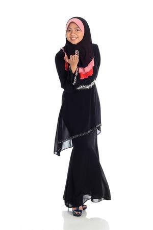 mujeres musulmanas: Retrato de las mujeres musulmanas aisladas sobre fondo blanco
