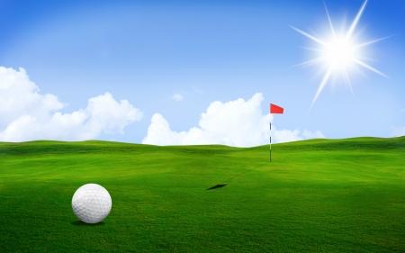 golf drapeau: Une balle de golf dans un cours avec des couleurs saisissantes et la lumi�re du soleil
