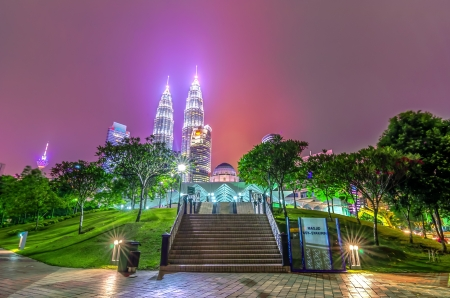 Night view of the illuminated Petronas Twin Towers in Kuala Lumpur  The skyscrapers is the highest twin buildings in the world  新聞圖片
