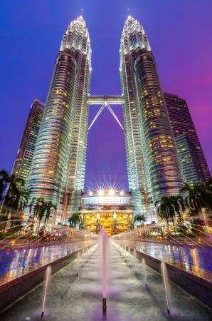 petronas: Vista nocturna de los iluminados Torres Petronas en Kuala Lumpur Los rascacielos son los edificios gemelos m�s altos del mundo Editorial