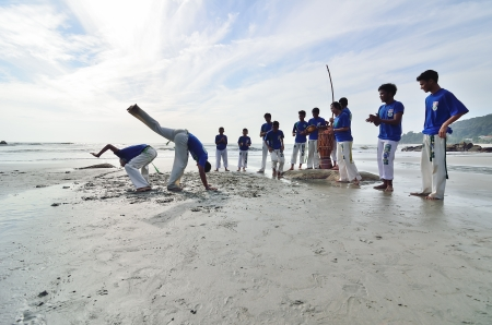 Teluk Cempedak BEACH, Kuantan 1 MAY 2013 - El desempe?o real capoeira en playa de Teluk Cempedak, Kuantan, Pahang el 5 ene, 2013. Capoeira es una forma de arte Afro-Brasile?a que combina elementos de las artes marciales y la danza Foto de archivo - 20578553