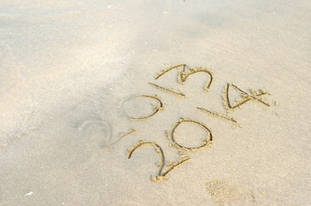 A�o nuevo 2014 viene concepto - inscripci�n 2013 y 2014 en una playa de arena photo