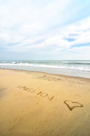 te extra�o: Te echo de menos escrito en la arena