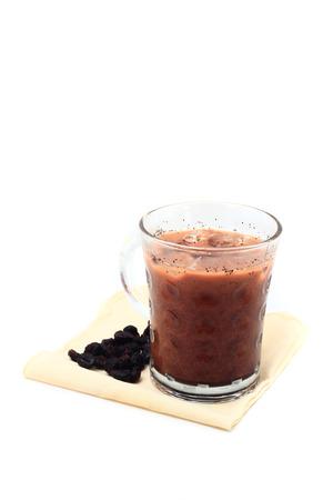 fredo: Caff� ghiacciato con i fagioli sul fazzoletto isolato su sfondo bianco