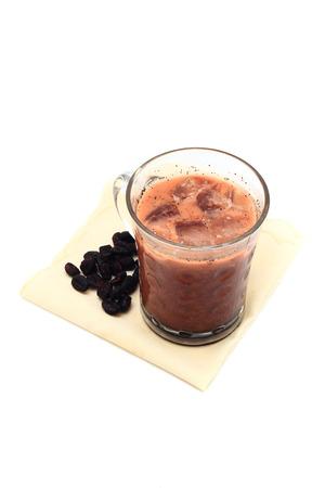 fredo: Caffè ghiacciato con i fagioli su un fazzoletto isolato su sfondo bianco