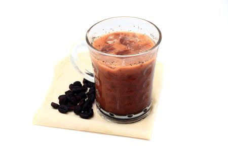 fredo: Caffè ghiacciato con i fagioli sul fazzoletto isolato su sfondo bianco