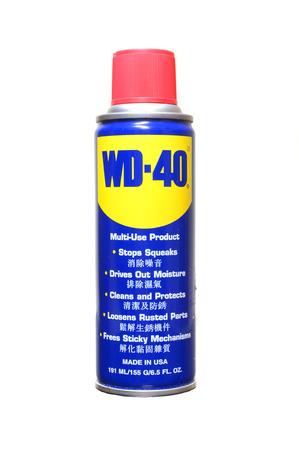 Pahang, MY - 2 juni 2014: Kan van WD-40 op een witte Redactioneel