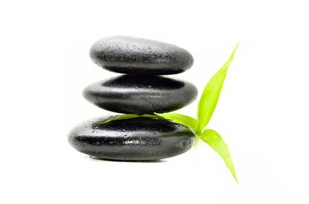piedras zen: Piedra del zen con la hoja de bambú en blanco. Concepto Spa
