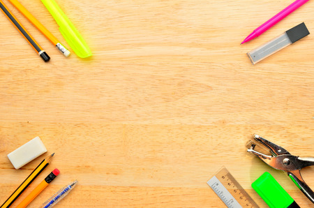 trompo de madera: Surtido de diversos art�culos de la escuela sobre fondo de madera