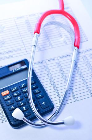 Los costos de salud. Estetoscopio y calculadora símbolo de los costos de atención de salud o seguro médico Foto de archivo - 37433536