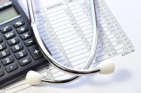 Los costos de salud. Estetoscopio y calculadora símbolo de los costos de atención de salud o seguro médico Foto de archivo - 37433628