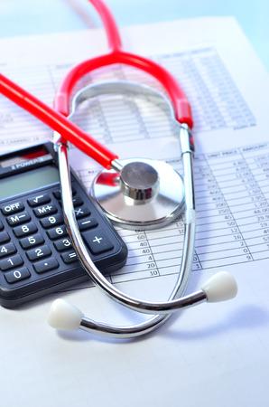 Los costos de salud. Estetoscopio y calculadora símbolo de los costos de atención de salud o seguro médico Foto de archivo - 37433640