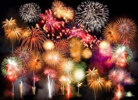 fireworks: Coloridos fuegos artificiales. Los fuegos artificiales son una clase de dispositivos pirot�cnicos explosivos utilizados con fines est�ticos y de entretenimiento. Ruido visible debido a la poca luz, enfoque suave, DOF bajo, ligero desenfoque de movimiento Foto de archivo