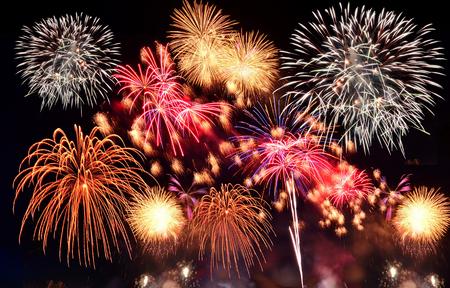 fuegos artificiales: Coloridos fuegos artificiales. Los fuegos artificiales son una clase de dispositivos pirot�cnicos explosivos utilizados con fines est�ticos y de entretenimiento. Ruido visible debido a la poca luz, enfoque suave, DOF bajo, ligero desenfoque de movimiento Foto de archivo